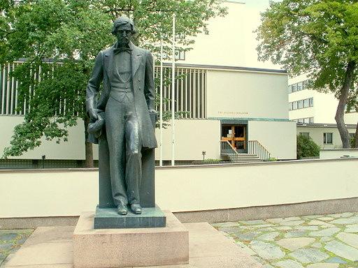 Josef Wecksellin patsas Åbo Akademin kirjaston edustalla Turku