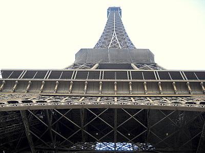 Eiffel torni ylöspäin nähtynä Pariisi