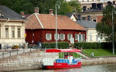 Jokiristeily Qwenselin talon edustalta Turku