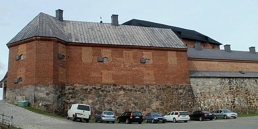 Sisäänkäynti ja pysäköinti Hämeen linna