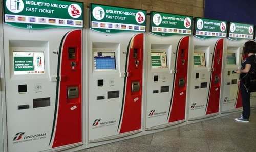 Lipunmyyhtiautomaatteja Santa Lucia juna-asema Venetsia