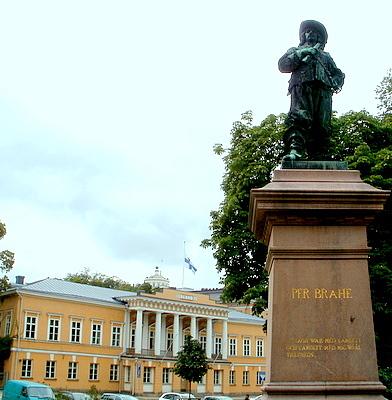 Pietari Brahe patsas ja Åbo Akademin päärakennus