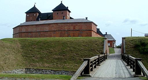 Silta vallihaudan yli Tykistömuseo Hämeen linna